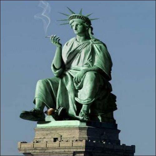 Frihedsgudinden med høj cigarføring